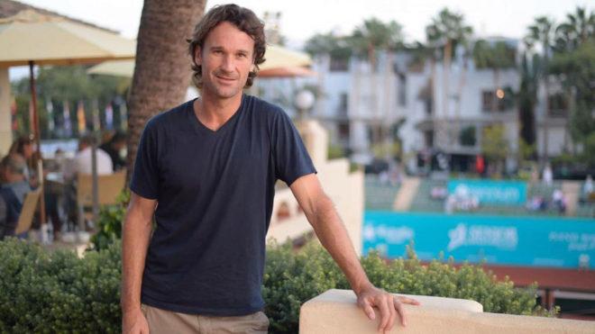 Carlos Moyá posa en el Club de Tenis Puente Romano de Marbella.