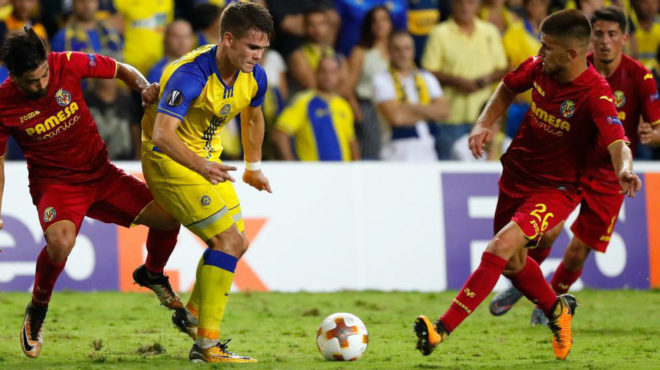 Ramiro pugna con un rival durante el choque ante el Maccabi.