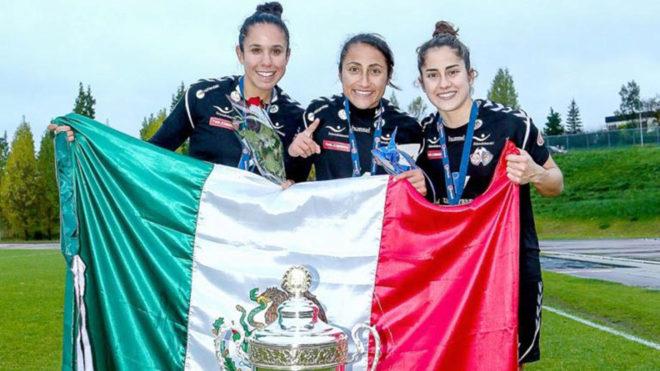 Mayor, Sierra y Gómez Junco, al lado del trofeo que las acredita...