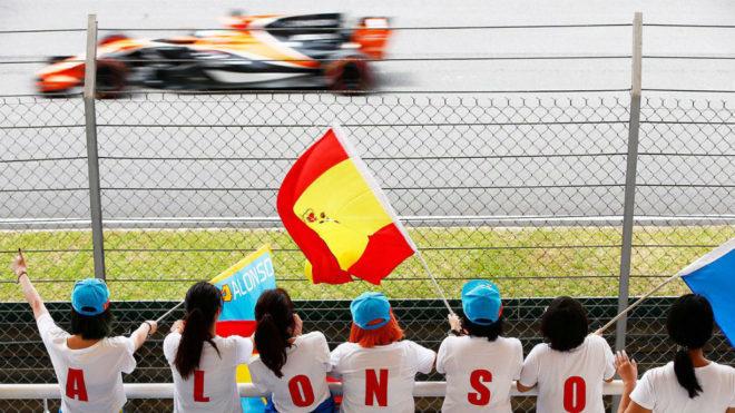 Un grupo de aficionadas malasias animan a Fernando Alonso en Sepang.