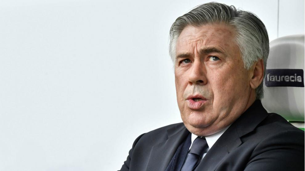 Ancelotti parece preocupado durante un partido con el Bayern
