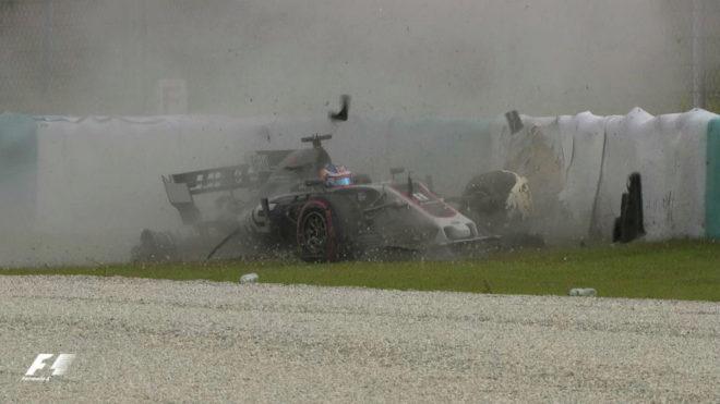 Grosjean se estrella contra las protecciones de Sepang.