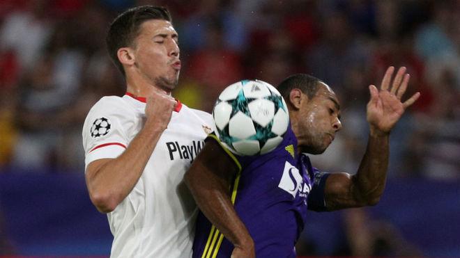 Lenglet lucha por un balón aéreo con Marcos Tavares, del Maribor.