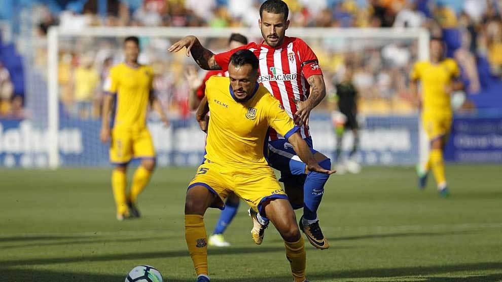Kadir, de amarillo, y Rubén García pugnan por un balón en el...