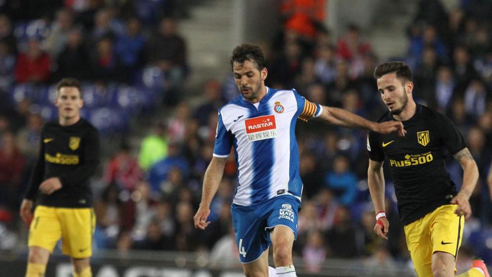 Sánchez (30), junto a Saúl y Gameiro en un partido entre el Espanyol...