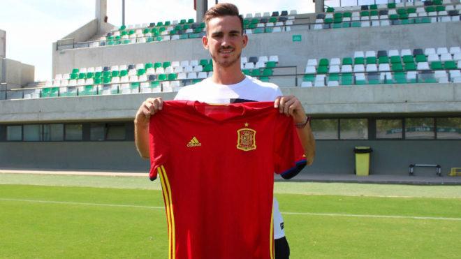 Fabián posa con la camiseta de la Selección en la ciudad deportiva.