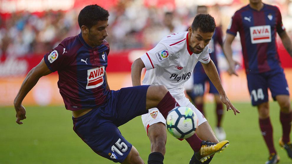 Fran Rico, con la camiseta del Eibar, disputa un balón con Jesús...