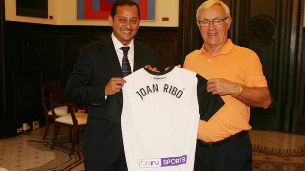 Anil Murthy entrega a Joan Ribó una camiseta del Valencia...