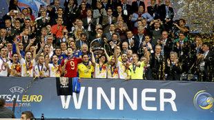 Los jugadores de la selección celebran el título en 2016.
