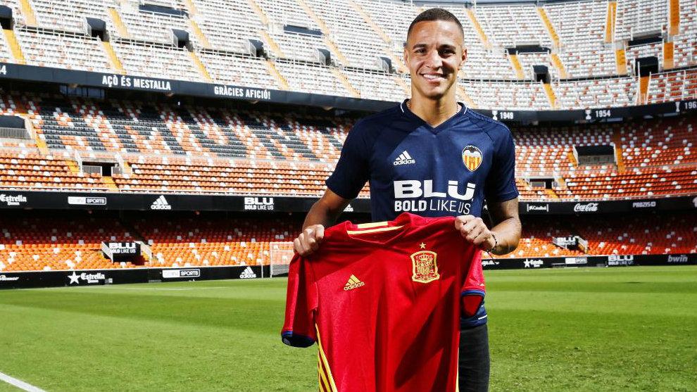Rodrigo Moreno (26) posa con la camiseta de la selección en el...