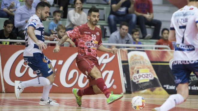 Álex golpea el balón ante la presencia de Thiago Cabeça.
