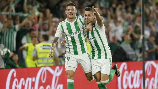 Sanabria y Sergio León celebran el gol del segundo al Levante.