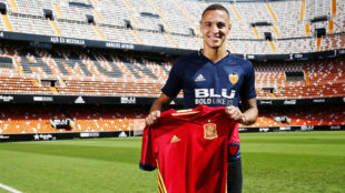 Rodrigo Moreno (26) posa con la camiseta de la selecci�n en el...