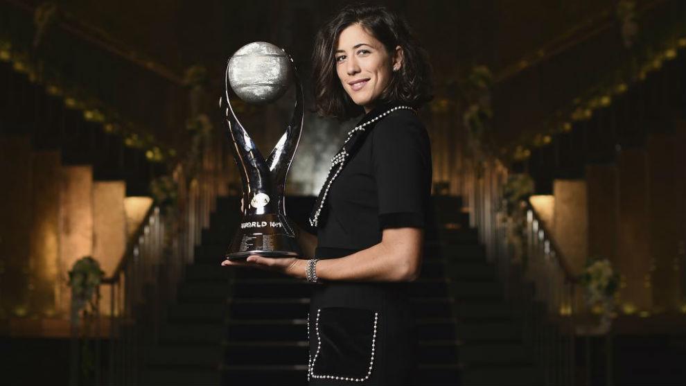 Garbiñe Muguruza, tras recibir el trofeo de número 1 WTA