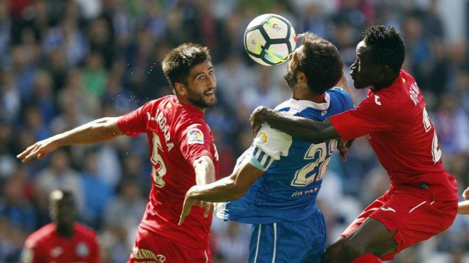 Bergara pelea por el balón con Celso Borges y Djené.