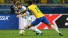 Messi y Paulinho, durante el Brasil-Argentina de este verano