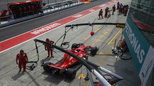 Vettel, en el 'pit lane' de Sepang.