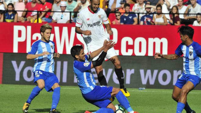 Pizarro, rodeado por jugadores del Málaga.