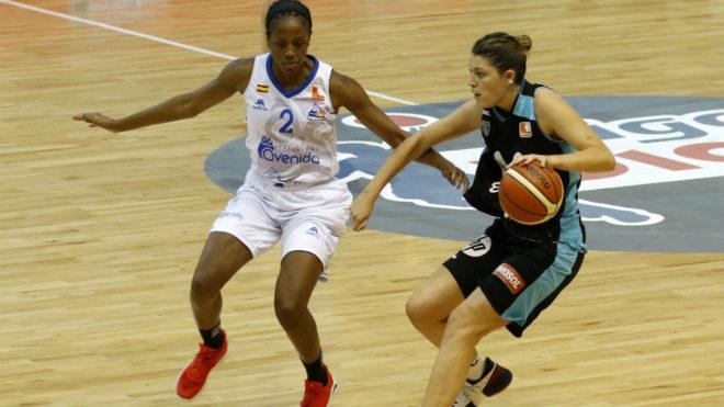 Celia Menéndez bota el balón ante la presencia de Adaora Elonu