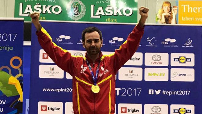 Álvaro Valera celebra sobre el podio el oro europeo.