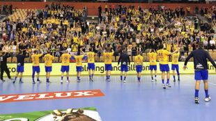 Los jugadores del Celje celebrando la victoria con sus aficionados.