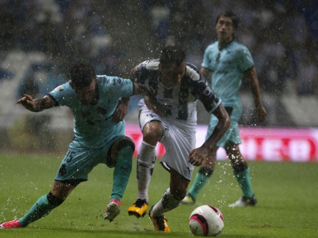 Leonel Vangioni y Brian Lozano disputan un balón