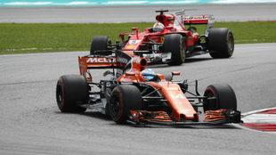 Alonso, delante de Vettel.