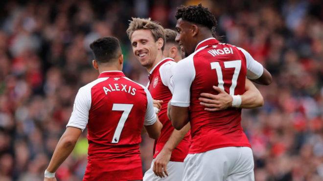 Monreal celebra con Alexis e Iwobi su gol al Brighton.