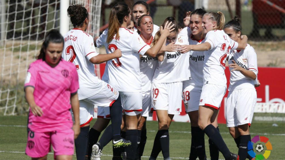 Las jugadoras del Sevilla celebran un gol ante el Levante.