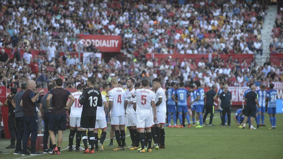Los jugadores de Sevilla y Málaga paran para refrescarse durante el...