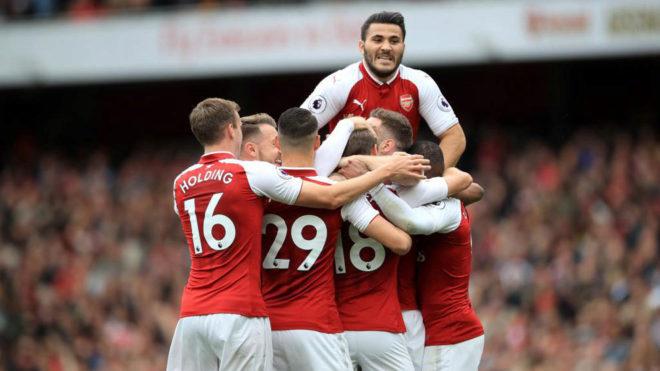 Los jugadores del Arsenal celebran su segundo gol.