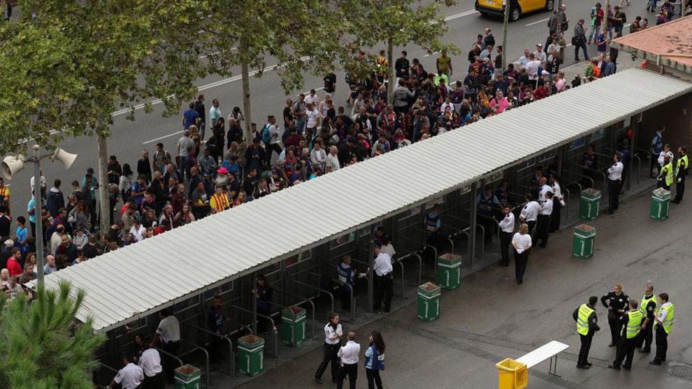Aficionados esperando en los aledaños del Camp Nou