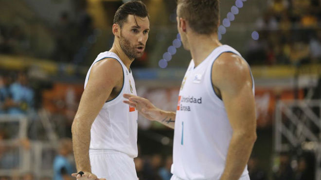 Rudy charla con Fabien Causeur durante el partido de Supercopa
