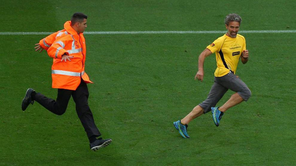 Un hincha salta al césped del Camp Nou