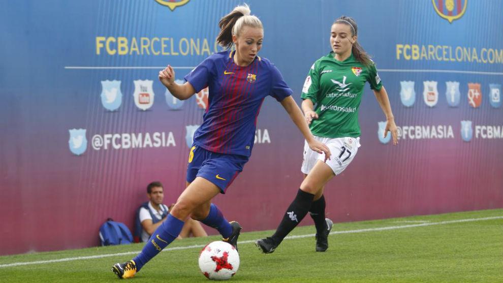 Toni Duggan controla un balón ante la oposición de Alba Gordillo.