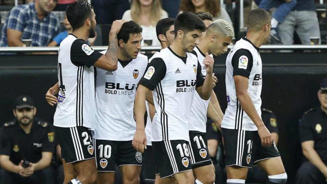 Los jugadores del Valencia felicitan a Parejo tras el segundo gol.