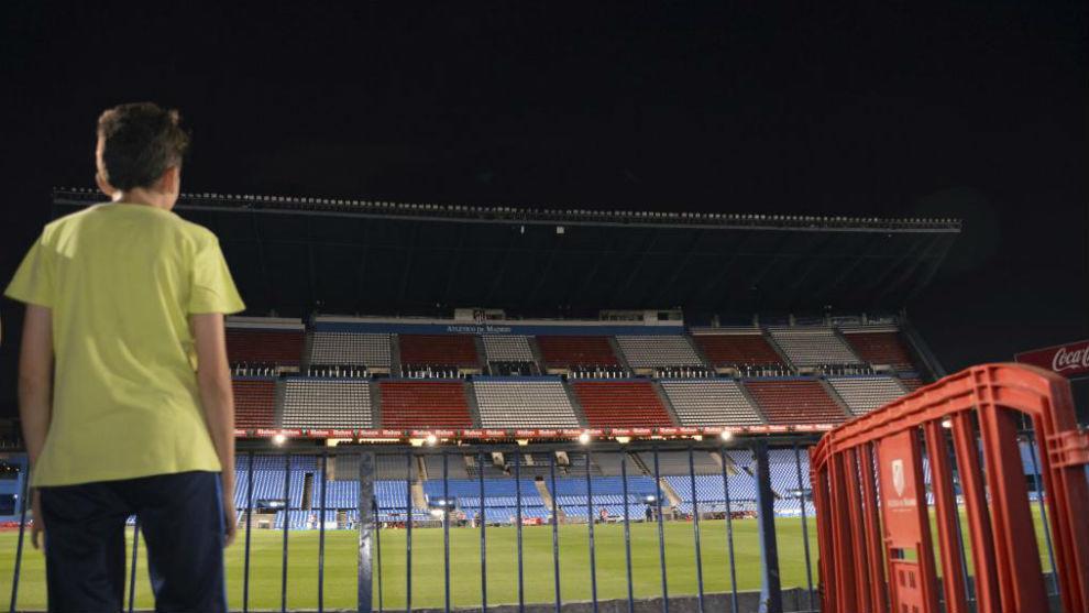 Un niño mira por última vez el interior del Vicente Calderón.