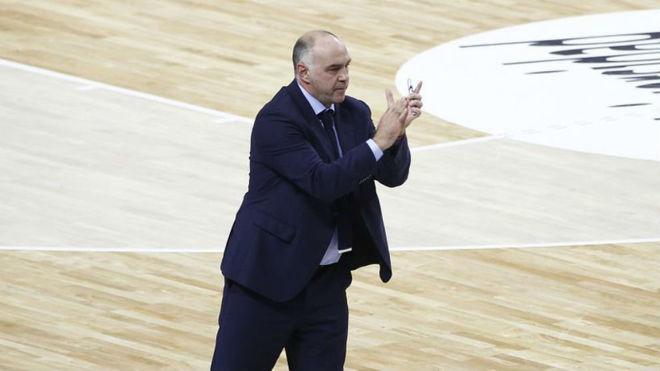 Pablo Laso aplaudiendo a su equipo durante el partido contra Andorra