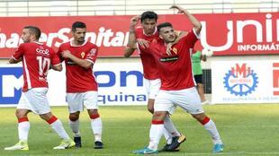 Los jugadores del Murcia celebran el gol anotado