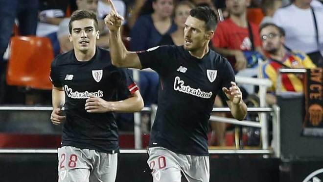 Córdoba junto a Aduriz, que celebra un gol.