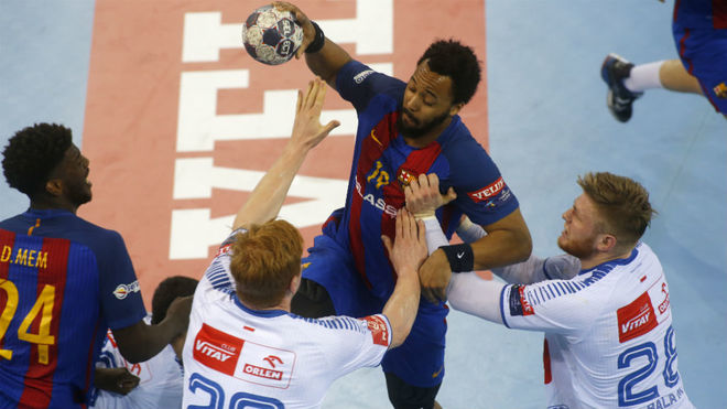 El lateral francés del Barça, N'Guessan, es defendido por jugadores...