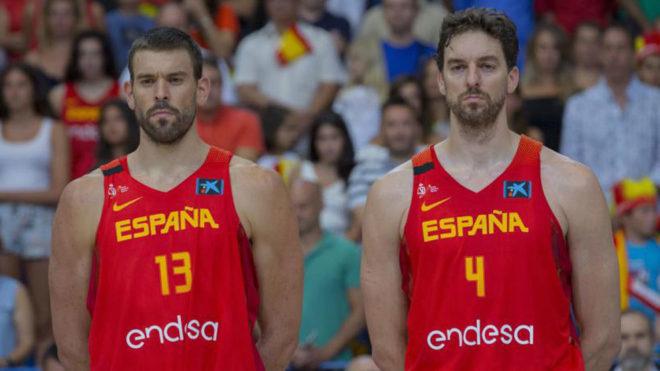 Marc y Pau Gasol, antes de un partido de España