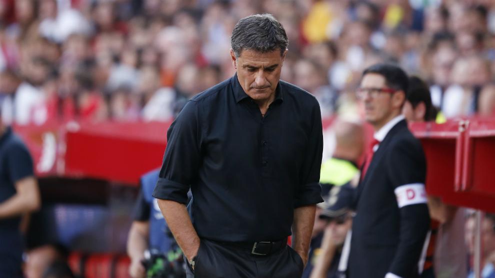 Míchel, cabizbajo en el partido ante el Sevilla