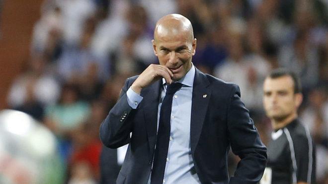 Zidane, pensativo en la banda.