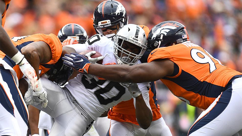 Jalen Richard es tackleado durante el partido ante Denver.