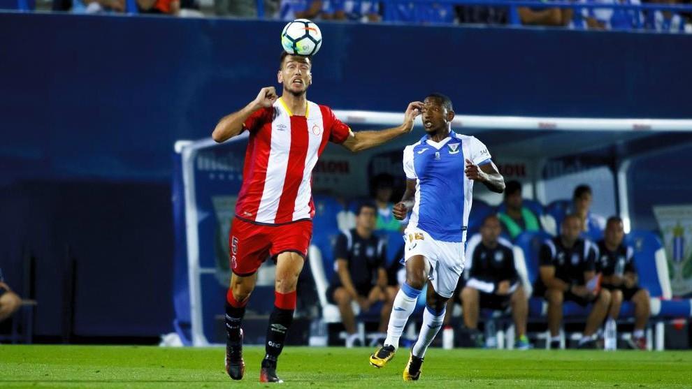 Alcalá disputa un balón ante Beauvue