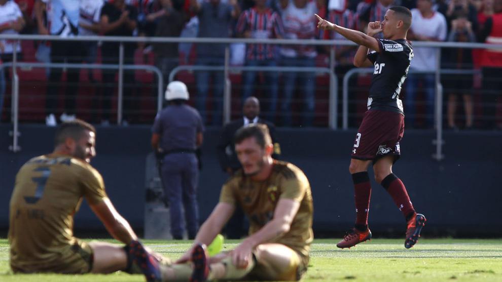 Marcos Guilherme (22) festeja el gol que anotó en el partido entre el...