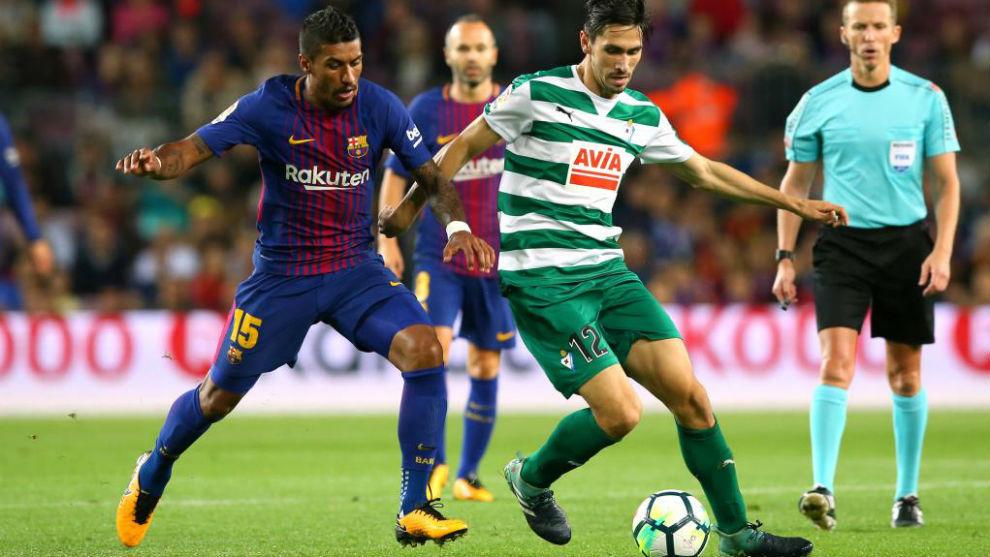 Paulo Oliveira disputa un balón a Paulinho