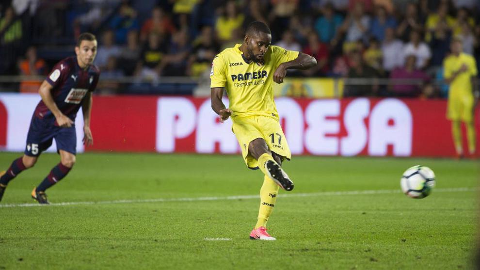 Bakambu (26) patea el balón para convertir el penalti en el partido...