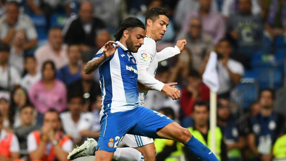 Sergio Sánchez pugna con Cristiano en el partido del domingo en el...